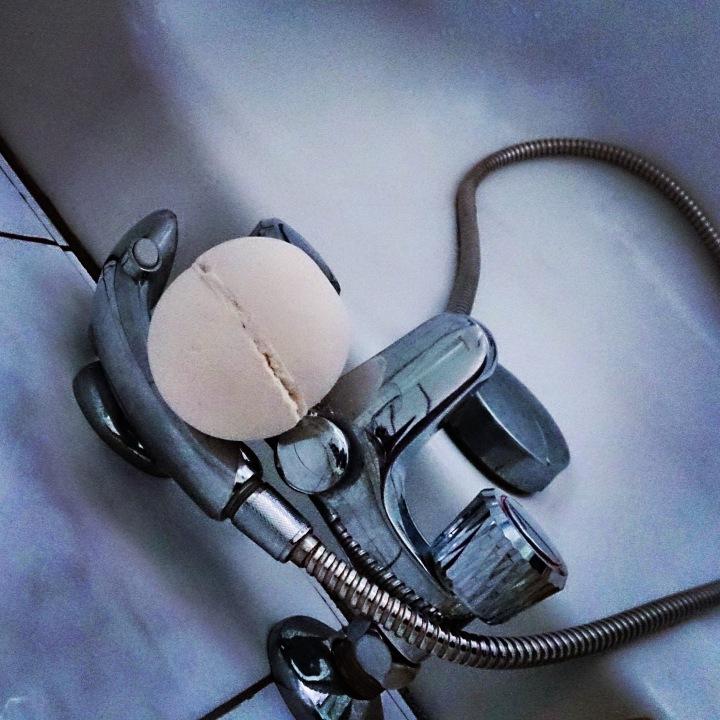 Mettre des paillettes et des confettis dans son bain avec une bombe de chez lush https://www.lush.fr/